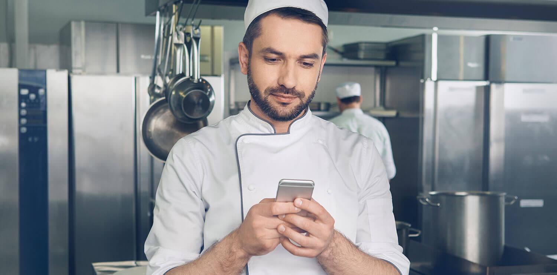 Ein Koch mit Smartphone