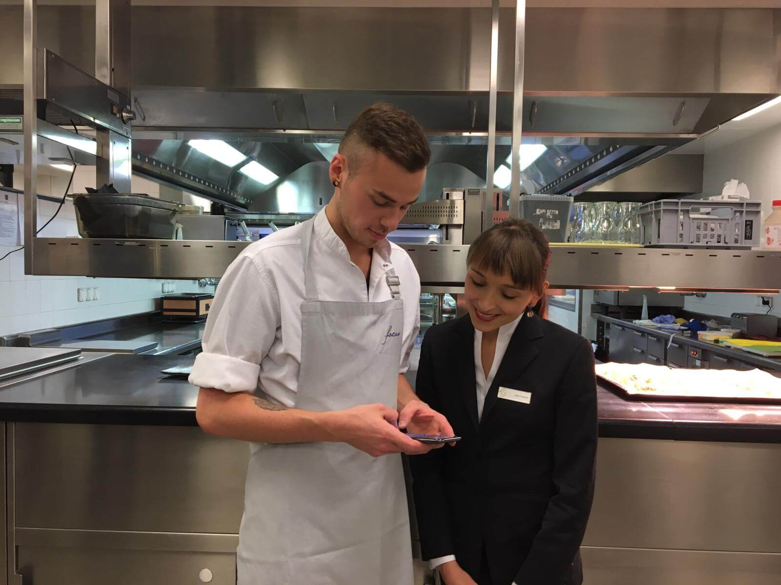 Koch und Servicekraft nutzen die GRONDA App.